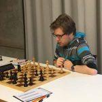 Brett 1: IM Gabriel Gaehwiler (Elo 2410) bei seiner Partie gegen IM Nicolas Brunner (Elo 2472)