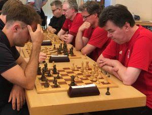 Valentin Kuklin (links) gegen GM Klaus Bischoff